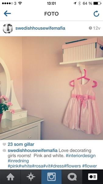 rosa,flickrum,barnrum,klänning,hylla