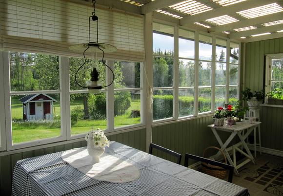 glasveranda,vindruvsgrön,gamla fönster,altan