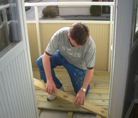 Byggnad av trädäck på liten balkong